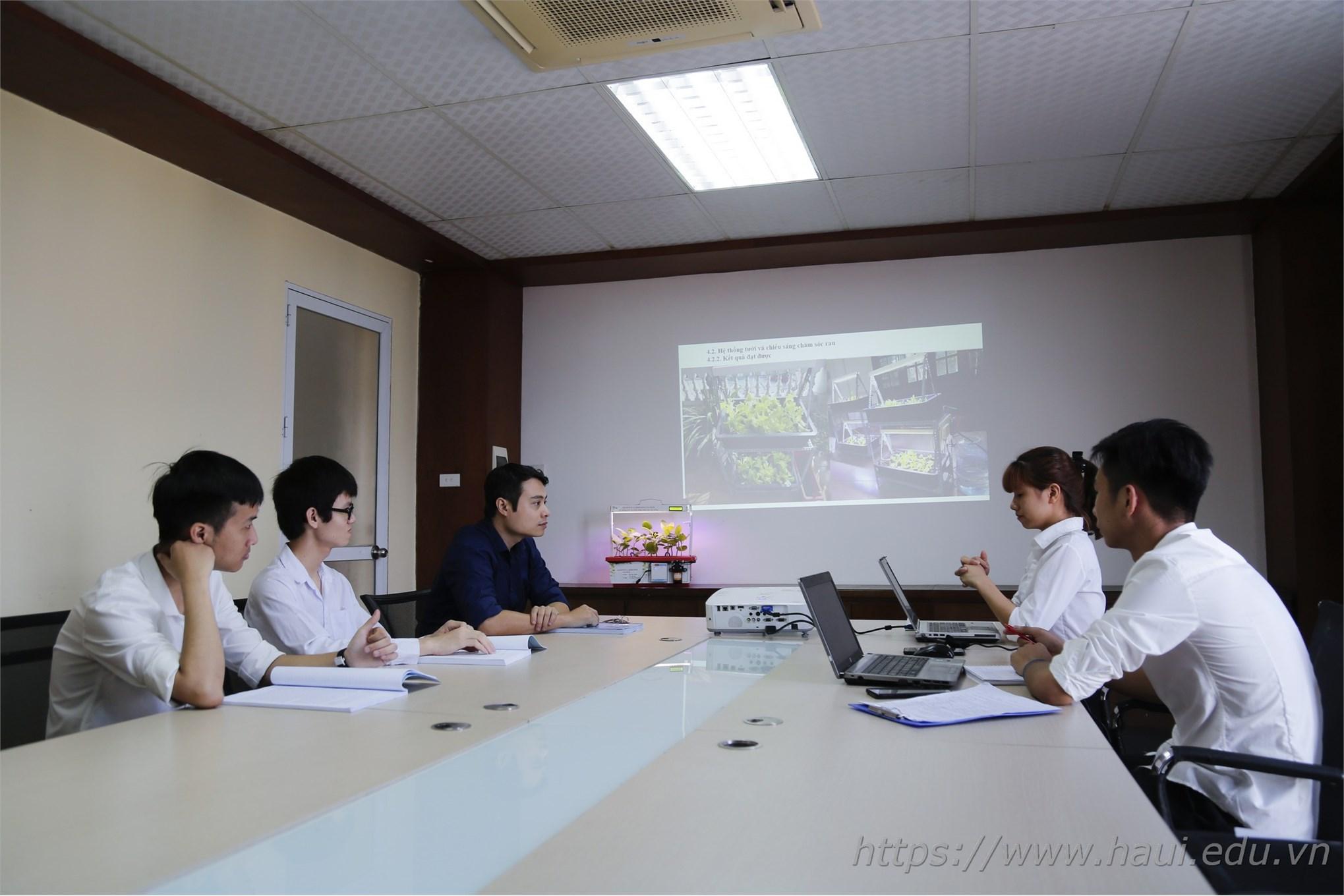 TS. Đặng Hoàng Anh thảo luận với nhóm nghiên cứu thực hiện đề tài