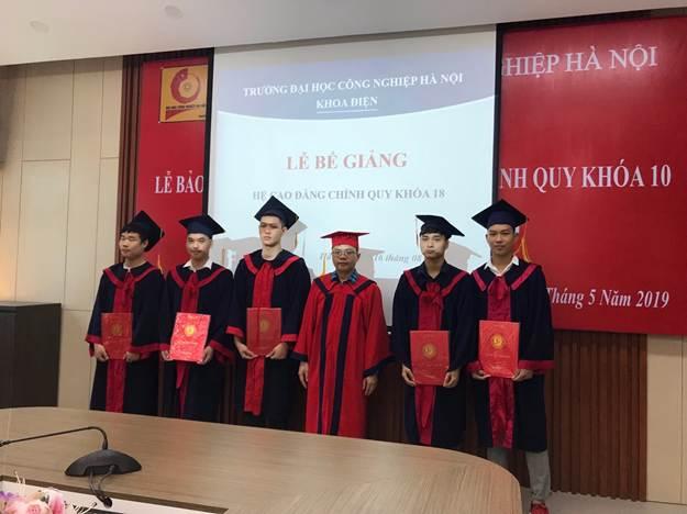 Bế giảng và trao bằng tốt nghiệp cho hệ Cao đẳng chính quy khóa 18 khoa Điện