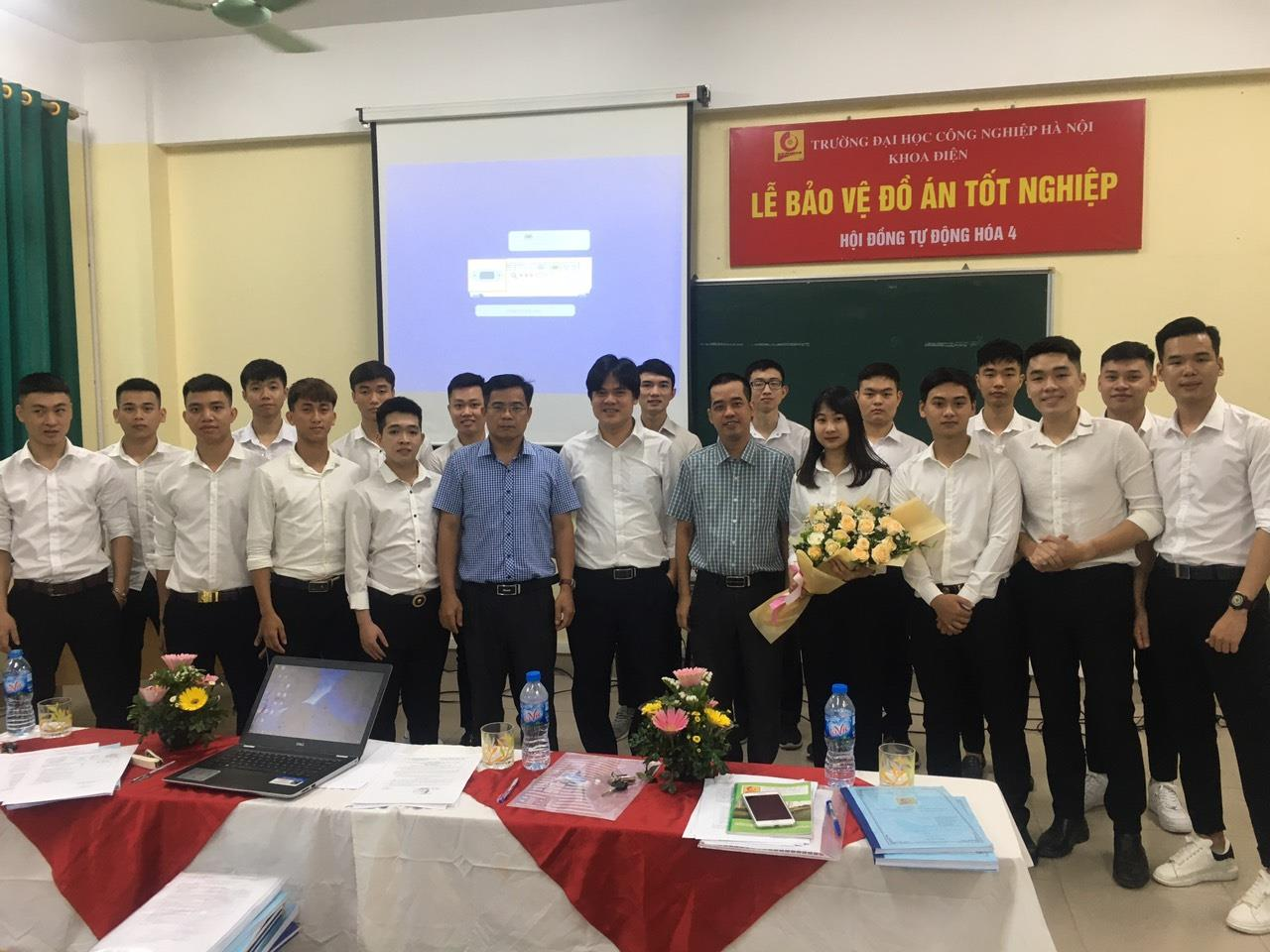 Sinh viên đại học chính quy K11 khoa Điện rạng rỡ trong ngày bảo vệ đồ án tốt nghiệp 2020