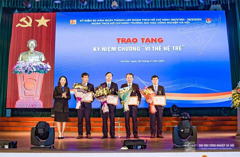 Đ/c Nguyễn Quang Thuấn vinh dự nhận Kỷ niệm chương vì thế hệ trẻ nhân dịp kỷ niệm 90 năm ngày thành lập Đoàn TNCSHCM