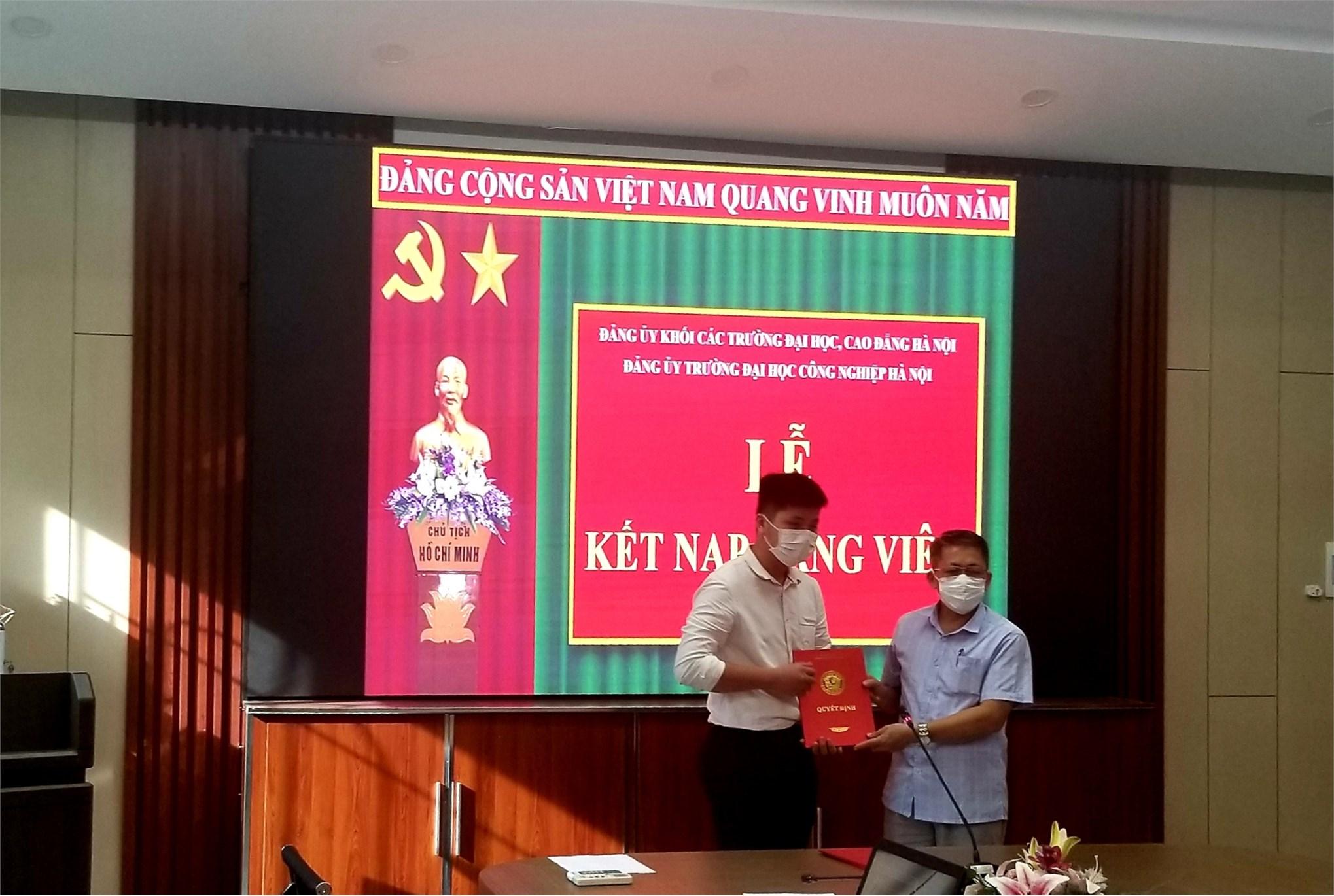 Chi bộ khoa Điện tổ chức lễ kết nạp Đảng viên mới