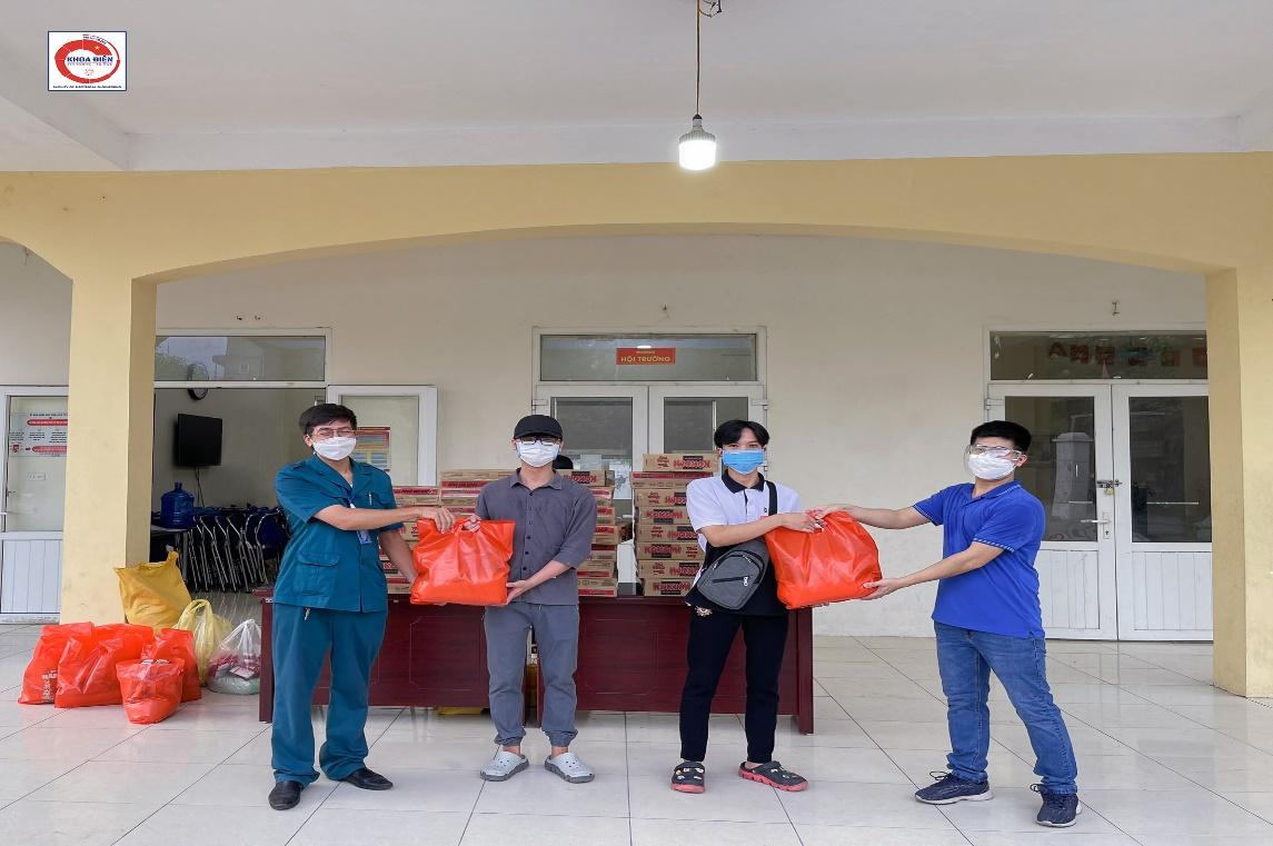 Hỗ trợ sinh viên khoa Điện có hoàn cảnh khó khăn vượt qua đại dịch COVID-19