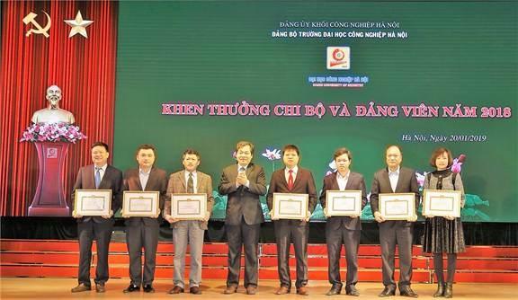 Đảng bộ Nhà trường khen thưởng chi bộ, đảng viên khoa Điện năm 2018